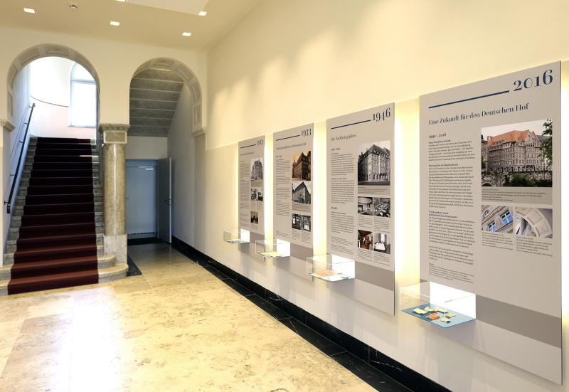Das Foyer eines Geschäftshauses mit einer Ausstellung zur Geschichte des Gebäudes.